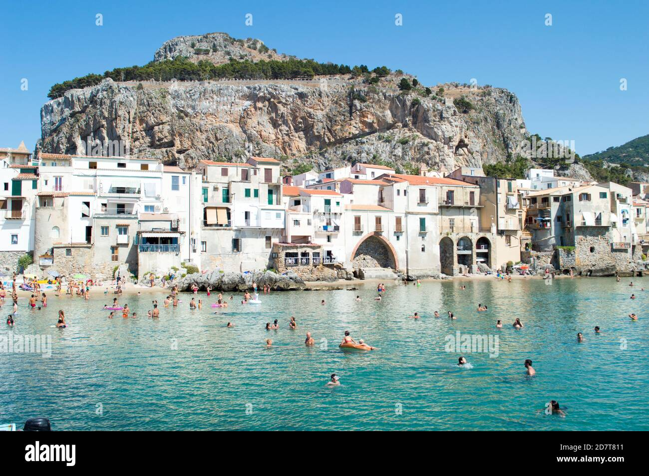 Cefalù, Palermo, Italia, julio de 2020. Detalle de esta pequeña ciudad costera y de su bonita playa Foto de stock