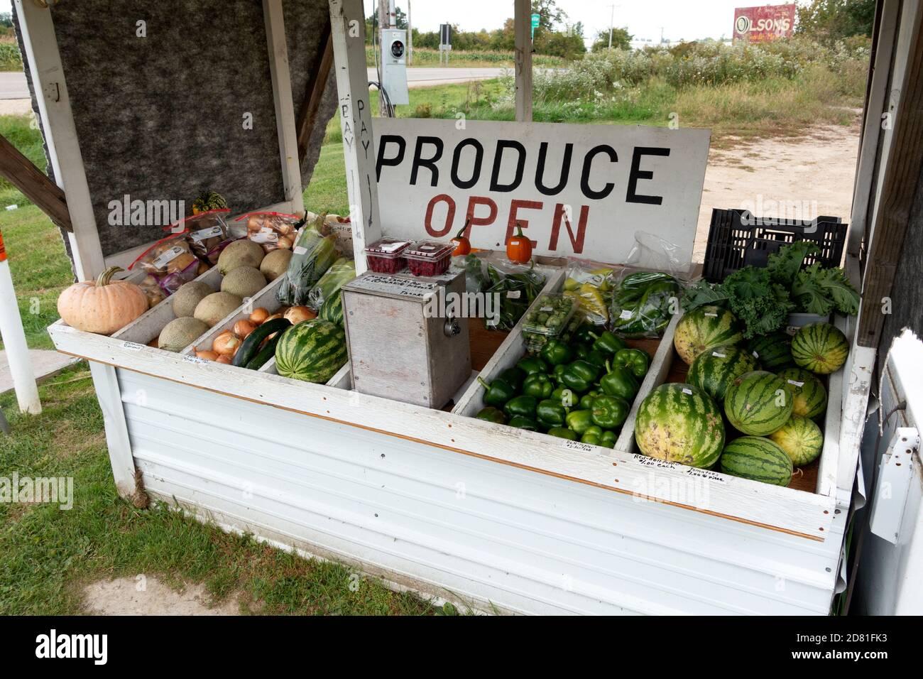 Un puesto de productos en la carretera que vende frutas y verduras en el sistema de honor. Millerville Minnesota MN EE.UU Foto de stock