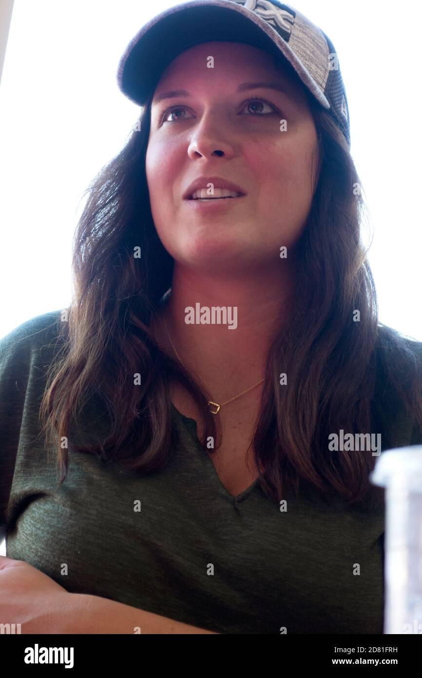Profesora de secundaria disfrutando de una taza de café en una tienda el sábado por la mañana. Downers Grove Illinois IL EE.UU Foto de stock