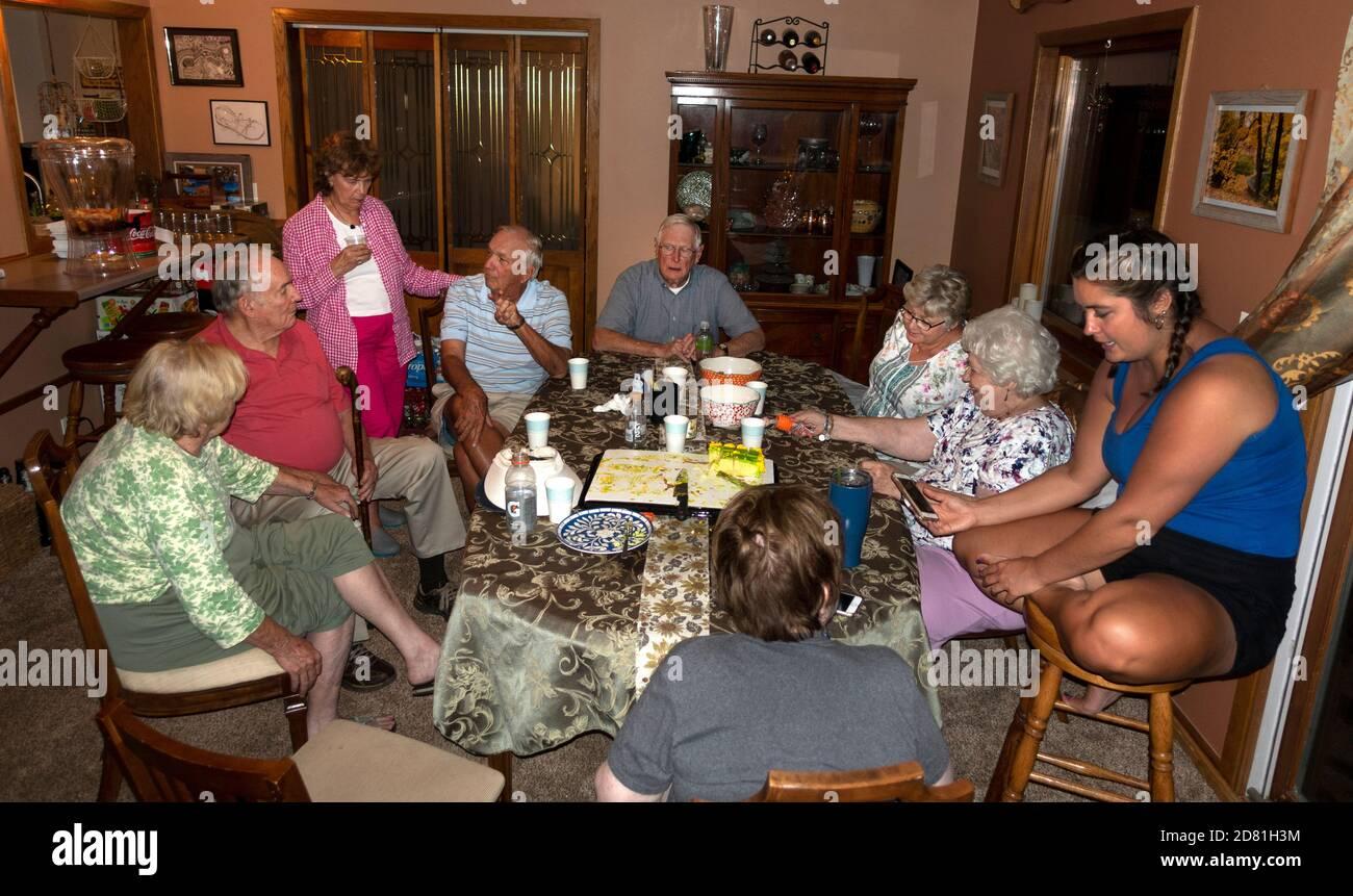 Familia de adultos mayores que rememoración alrededor de la mesa después de la cena. Downers Grove Illinois IL EE.UU Foto de stock