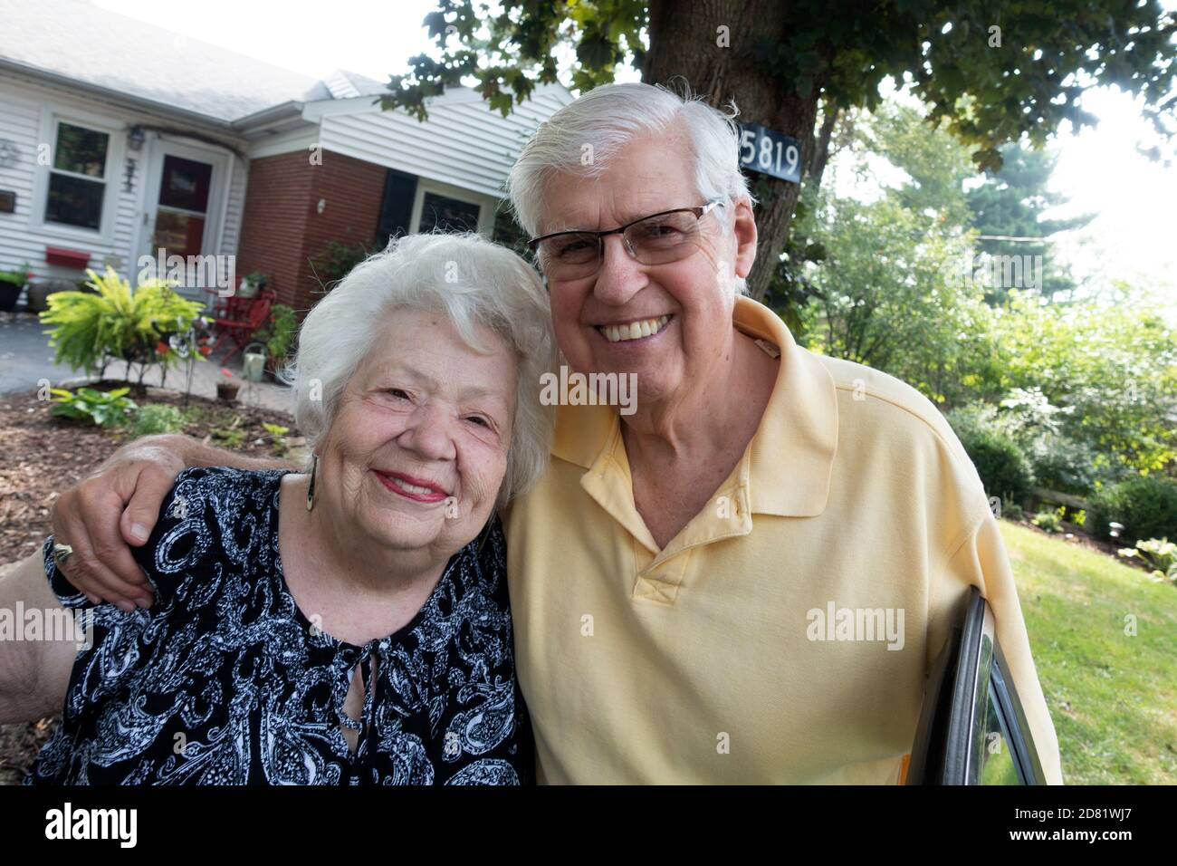 Feliz matrimonio pareja de más de 60 años disfrutando de un momento juntos en un viaje lejos de casa. Downers Grove Illinois IL EE.UU Foto de stock