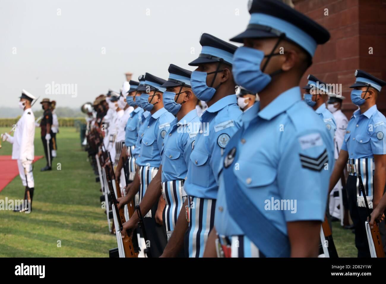La Armada India (Blanca) y el Ejército (Verdes Olivos) que llevan máscaras faciales participan durante la guardia militar conjunta de honor en la recepción ceremonial del Secretario de Defensa de EE.UU. Mark Esper Foto de stock