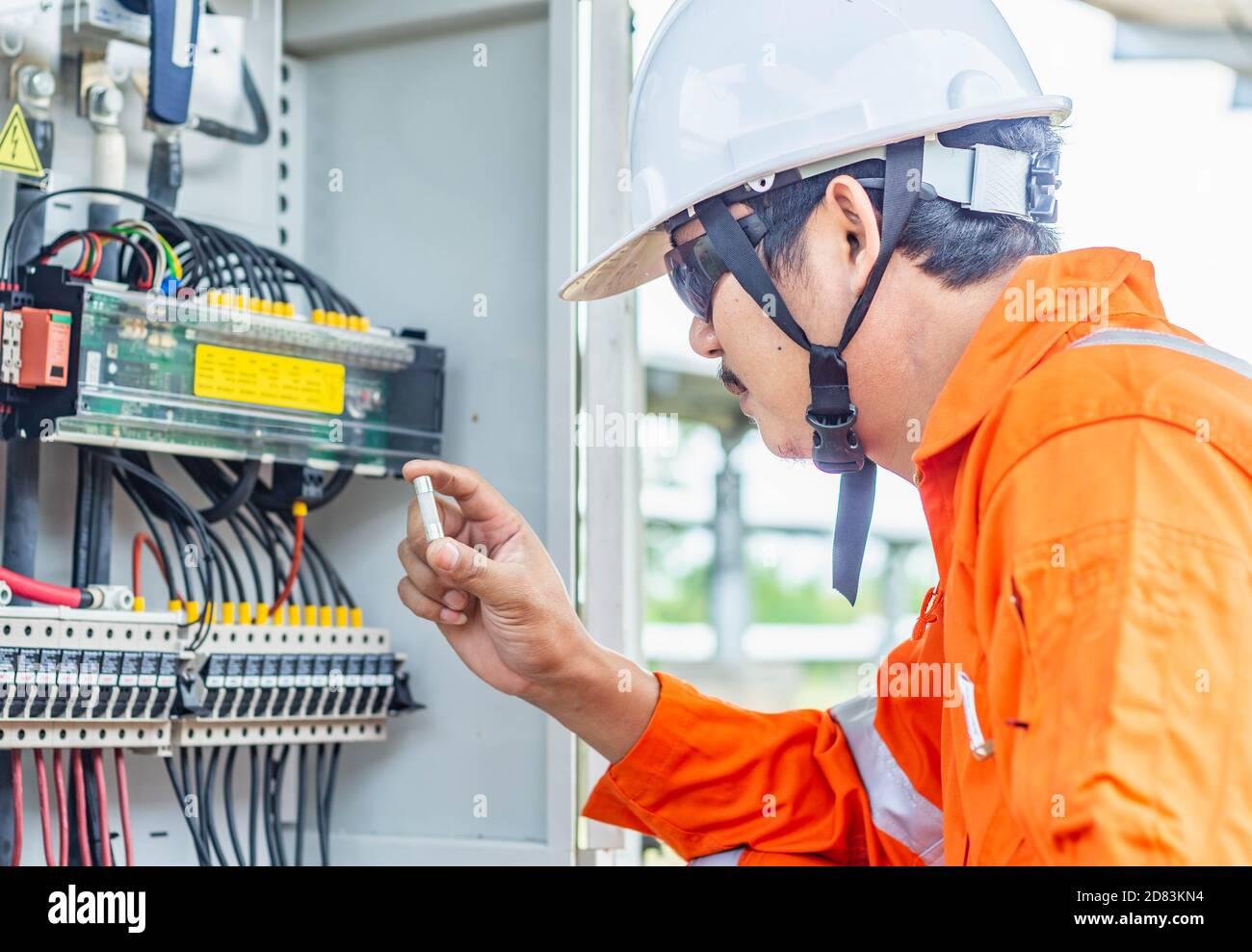 El ingeniero que comprueba el funcionamiento anormal del sistema de energía solar y encontró que hay una falta de fusible de CC, dando como resultado una capacidad reducida, profesional e Foto de stock