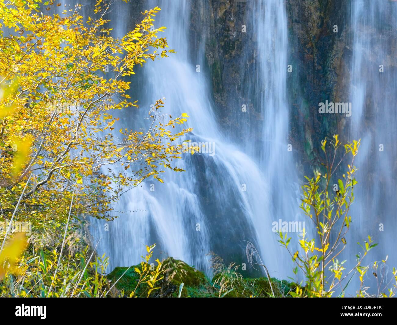 Fluido agua fluyendo verter cascadas cascada larga exposición detrás Paisaje otoñal en el parque nacional de los lagos de Plitvice situado en Croacia Europa Foto de stock