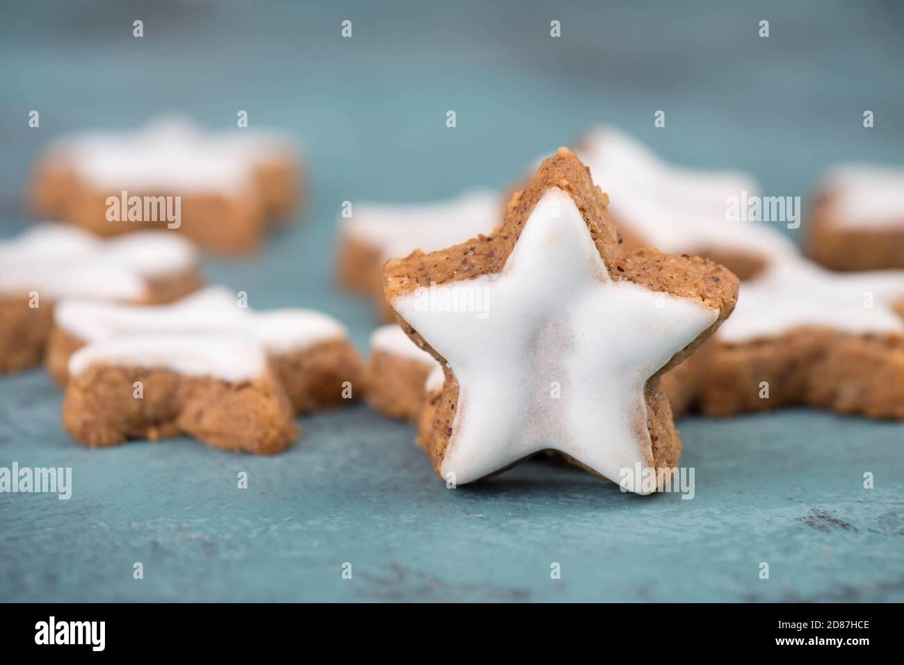 Estrellas de canela, galletas navideñas tradicionales alemanas, pan de jengibre, espacio vacío de copia Foto de stock