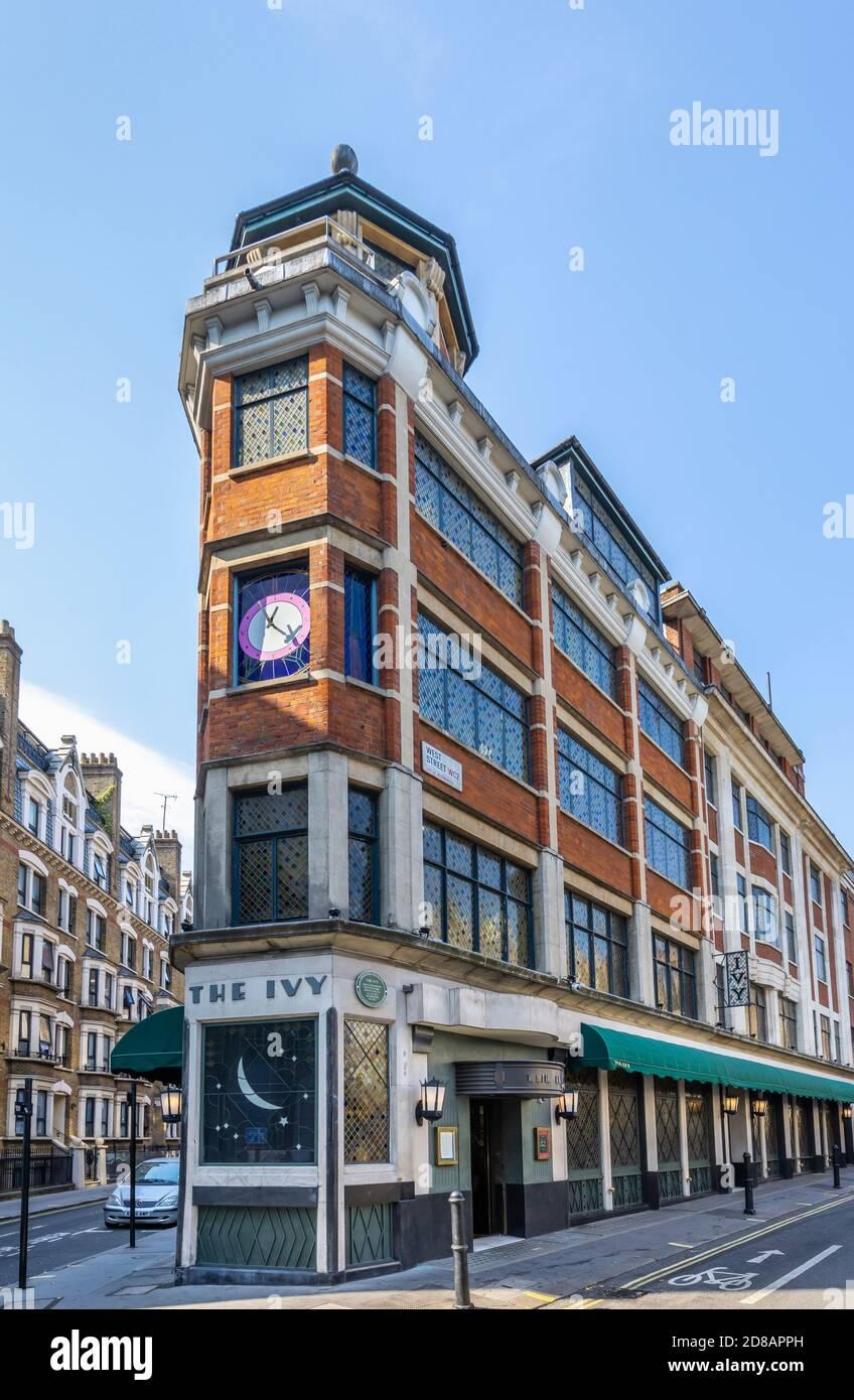 Vista de la calle del exterior del icónico restaurante de alta gama, el Ivy, en Theaterland, en el West End de Londres, West Street WC2 Foto de stock