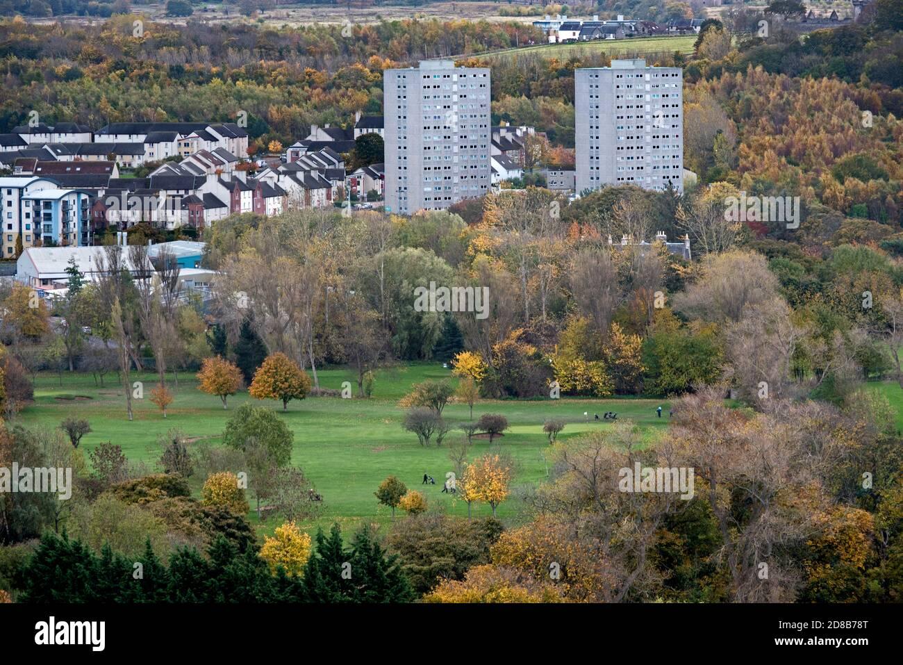 Prestonfield Golf Club en otoño con los altos pisos de Peffermill Court en el fondo, tomado de Queens Drive, Edimburgo, Escocia, Reino Unido. Foto de stock