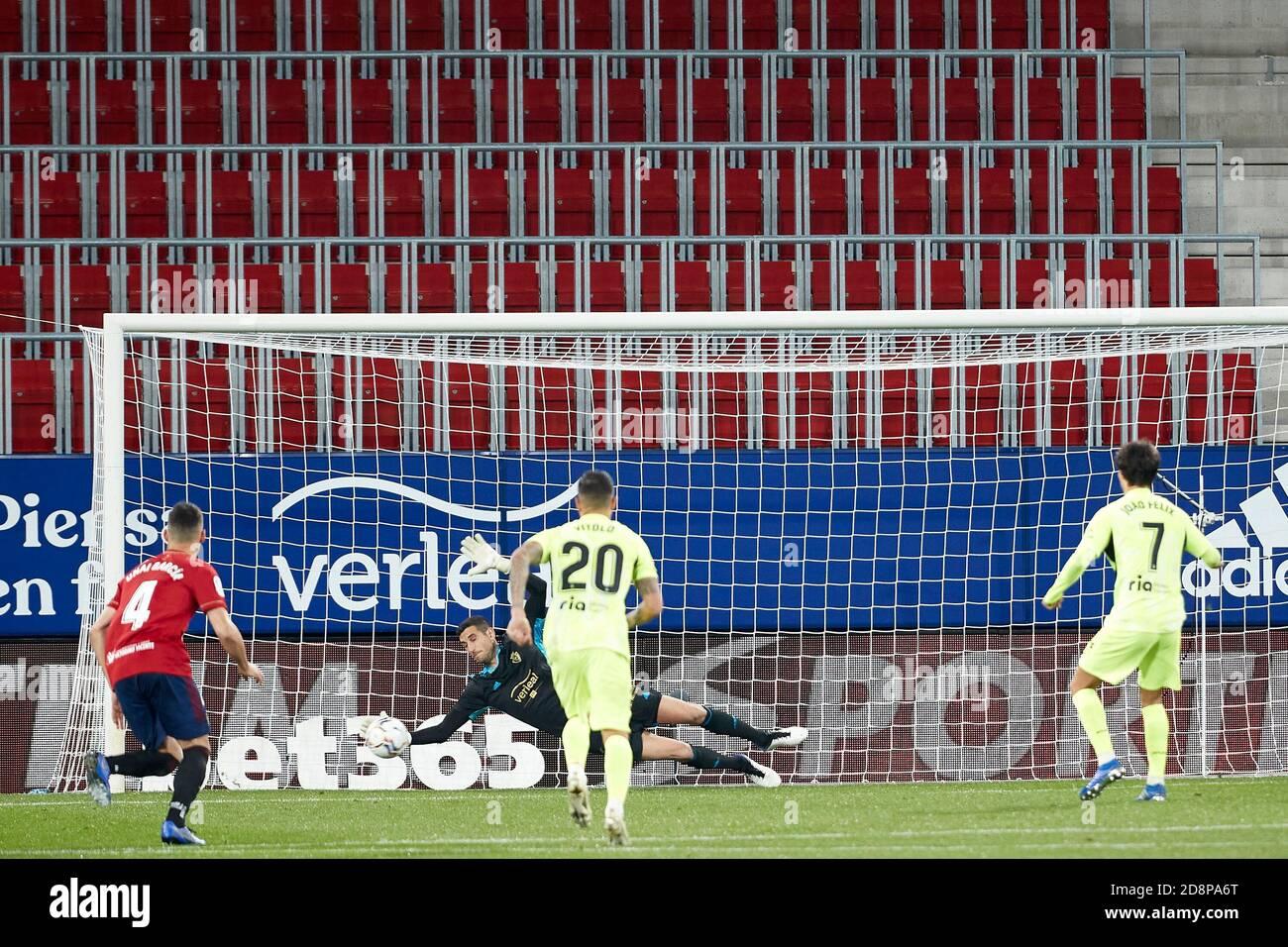 Sergio Herrera (portero; CA Osasuna) en acción durante la Liga Santander española, partido entre CA Osasuna y el Atlético de Madrid en el estadio Sadar. (Marcador final: CA Osasuna 1-3 Atlético de Madrid) Foto de stock