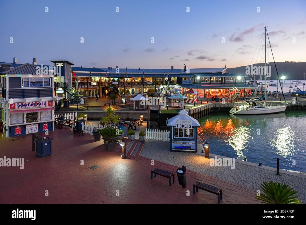 Knysna Waterfront al atardecer, Knysna, Garden Route, Sudáfrica Foto de stock