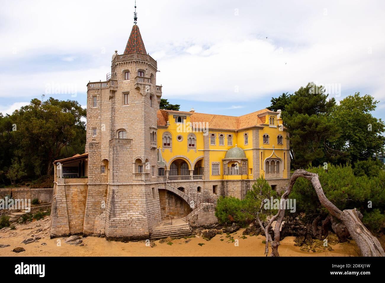 Cascais, Portugal - 7 de agosto de 2018: Construcción del museo Conde Castro Guimaraes en los bonitos jardines de Jardim Marechal Carmona. Foto de stock