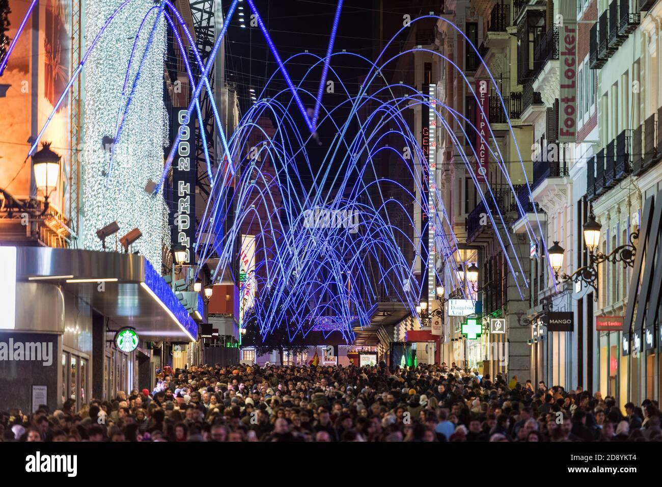 MADRID, ESPAÑA - 4 DE ENERO de 2020: Multitud de personas se reúnen en la calle Preciados de Madrid bajo las luces navideñas. Foto de stock
