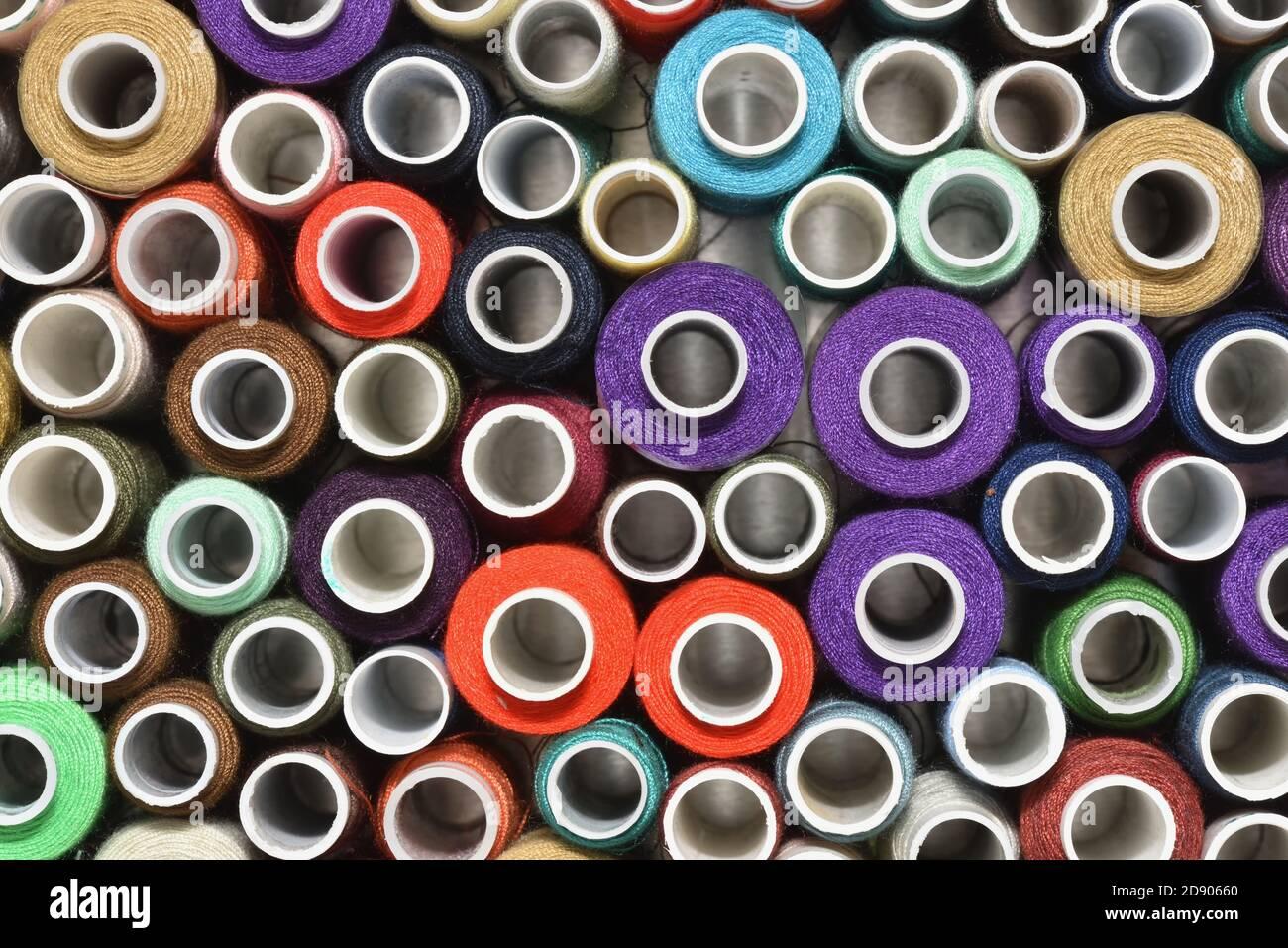 Hilo de costura multicolor en la vista superior de los carretes Foto de stock