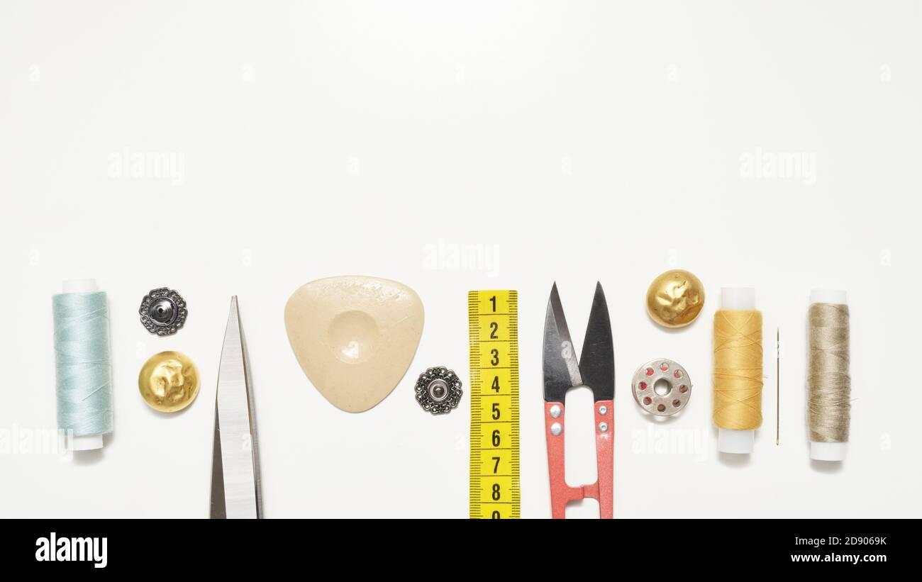 Conjunto de accesorios de costura sobre un fondo blanco con un espacio de copia Foto de stock