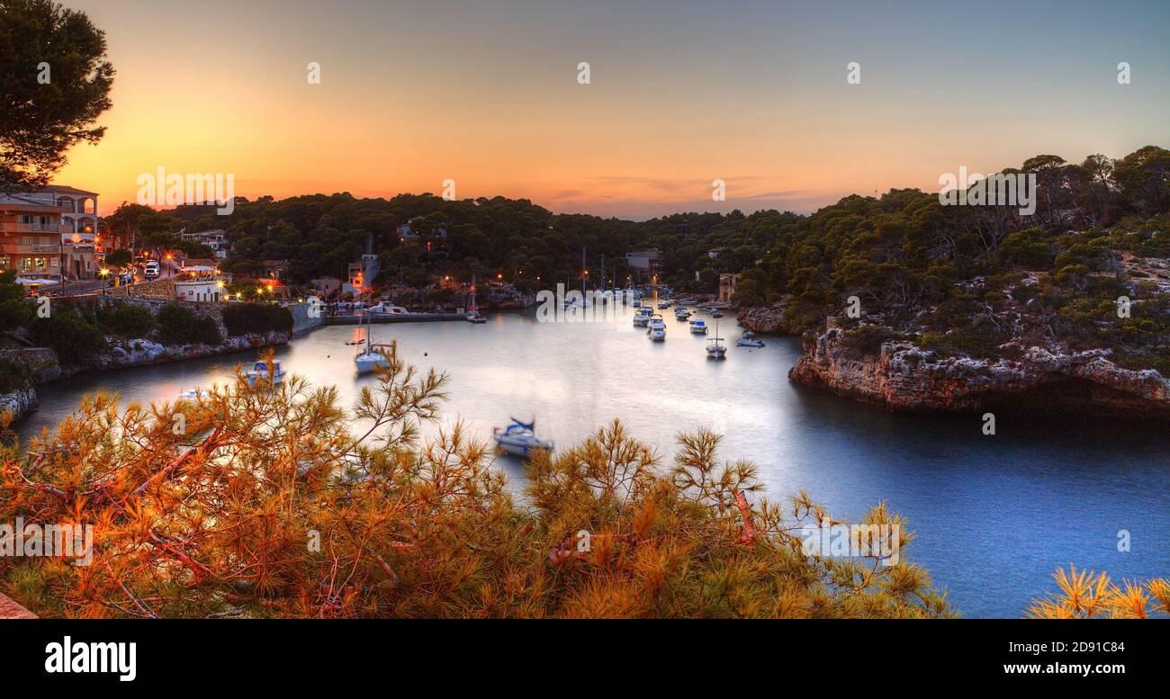 Hermosa Cala Figuera en Mallorca al atardecer Foto de stock