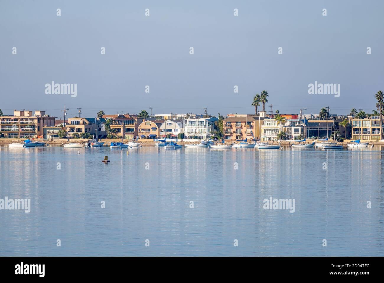 Casas residenciales y el puerto de escena. San Diego, CA, EE.UU. Fotografiado en Mission Bay Park. Foto de stock