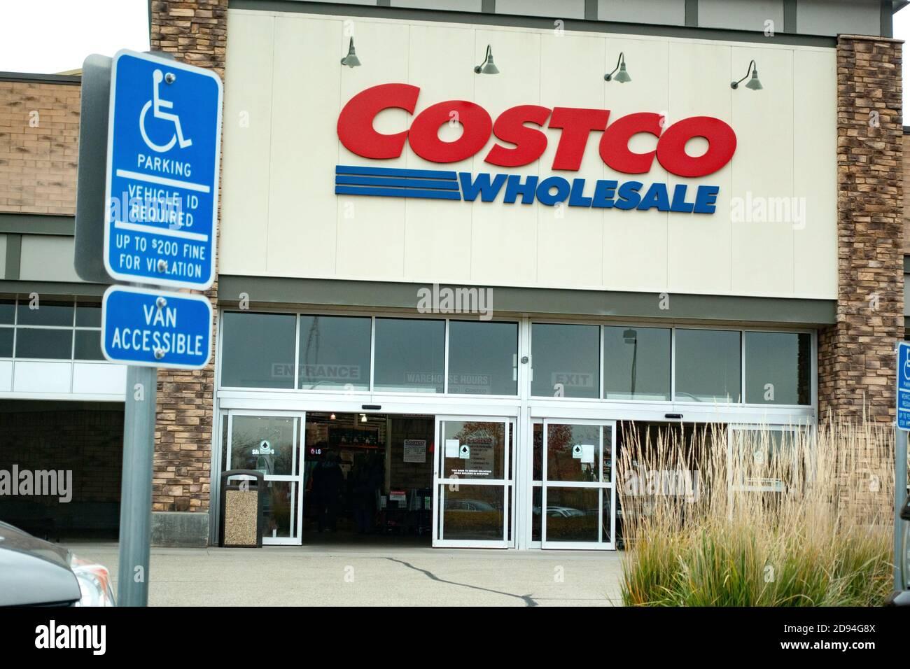 La entrada a la tienda Costco Wholesale con letrero de estacionamiento para discapacitados en el estacionamiento. Maplewood Minnesota MN EE.UU Foto de stock