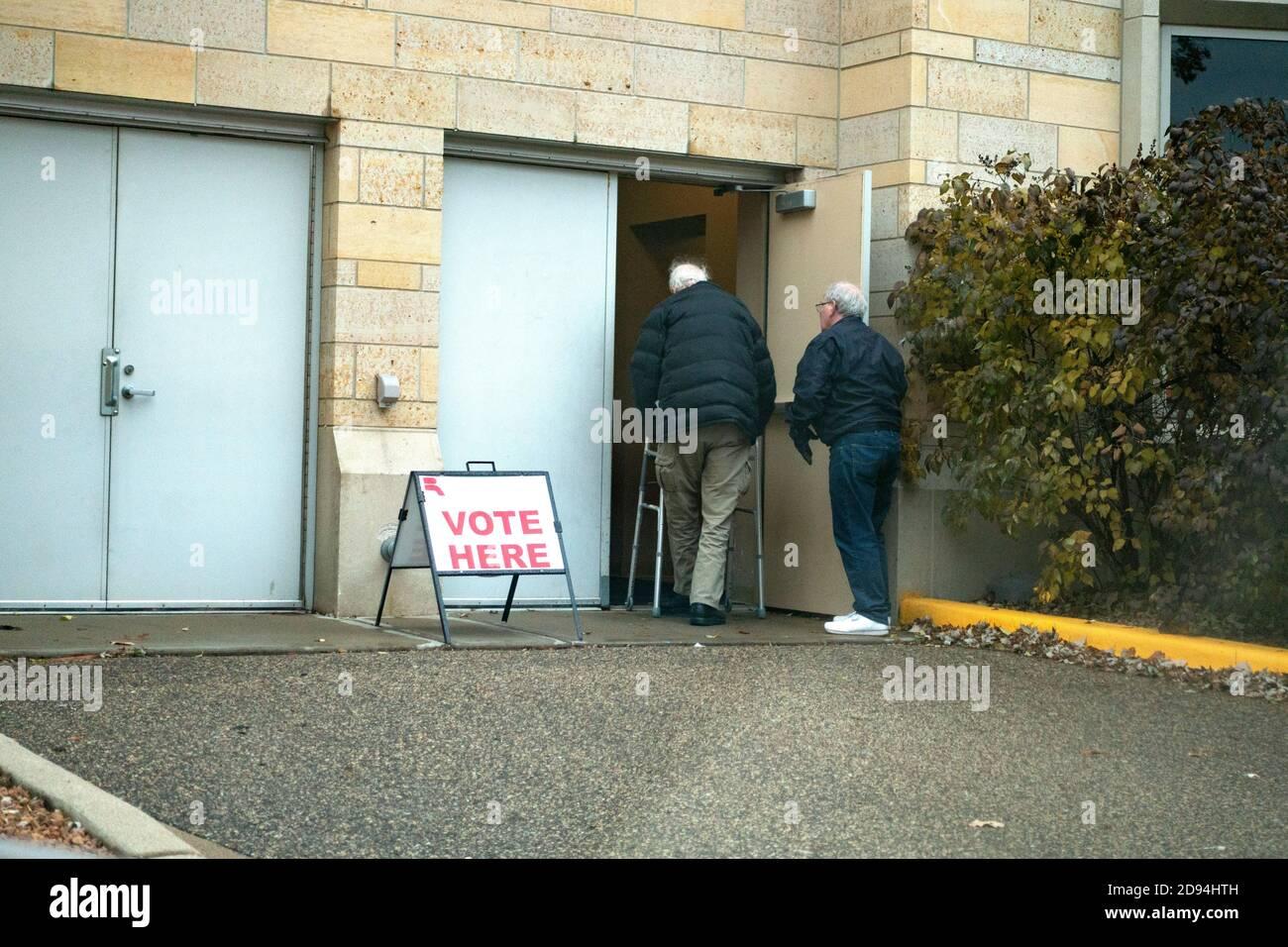Dos ciudadanos mayores van a votar en la Universidad de St. Thomas. St Paul Minnesota MN EE.UU Foto de stock