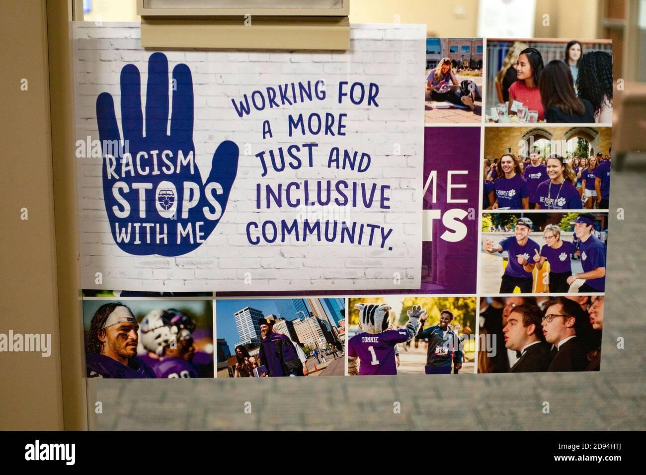 Señal que muestra que el racismo se detiene con cada persona. St Paul Minnesota MN EE.UU Foto de stock