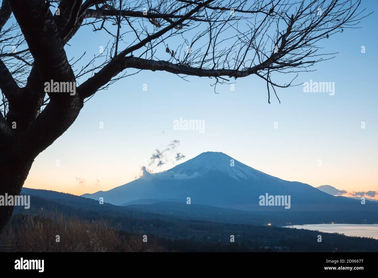 Puesta de sol Fuji fujisan al atardecer desde el lago yamanaka en Yamanashi Japón. Foto de stock