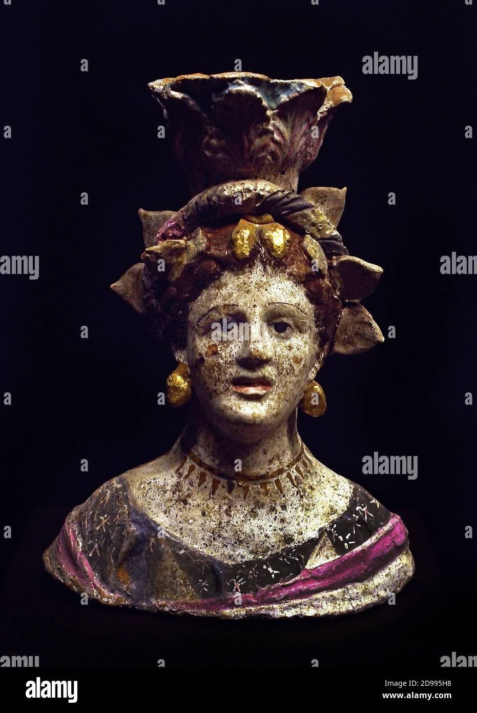 Mujer en su finería Terracotta 300-200 BC Canosa , griego, Grecia, Foto de stock