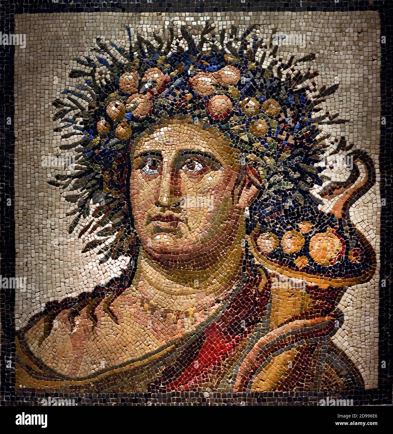 Mosaico - Genius del año. Piedra caliza y mármol. Finales del siglo II. Aranjuez Madrid, Museo Arqueológico Nacional, España, Foto de stock