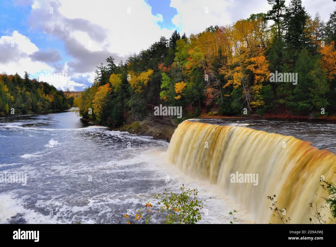 Paraíso, Michigan, Estados Unidos. Las Cataratas del Alto Tahquamenon en el Parque Estatal de las Cataratas del Tahquamenon cerca del Lago Superior en la Península Alta de Michigan. Foto de stock