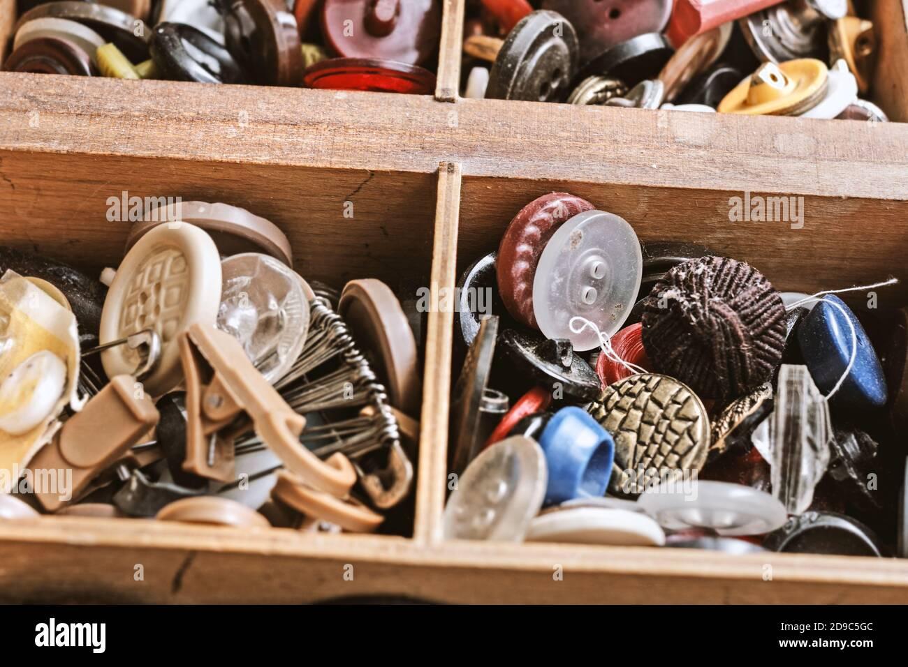 Botones antiguos bastante únicos en la caja de madera Foto de stock