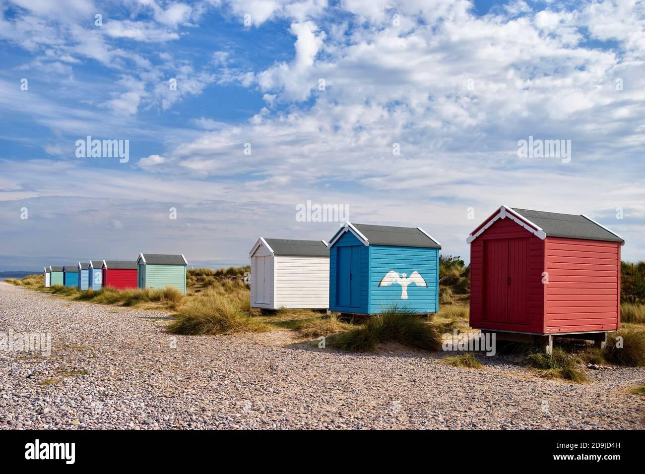 Chozas de playa Colouful en la playa Findhorn, Moray, Escocia. Foto de stock