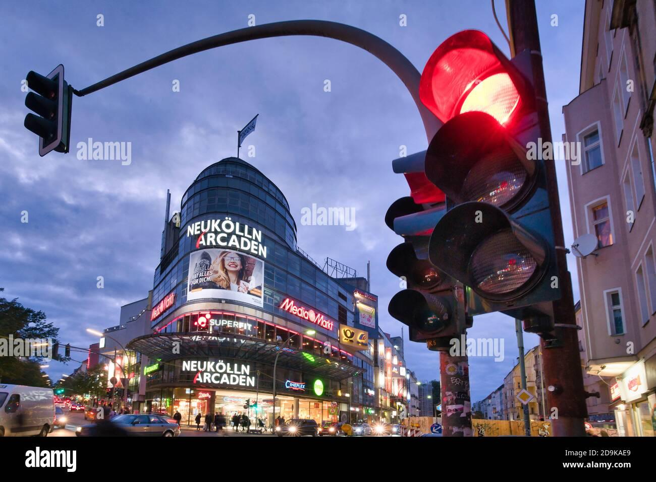 Karl-Marx-Strasse, Neukölln Akaden, Corona Hotspot, Corona, Ampel auf rot, Foto de stock