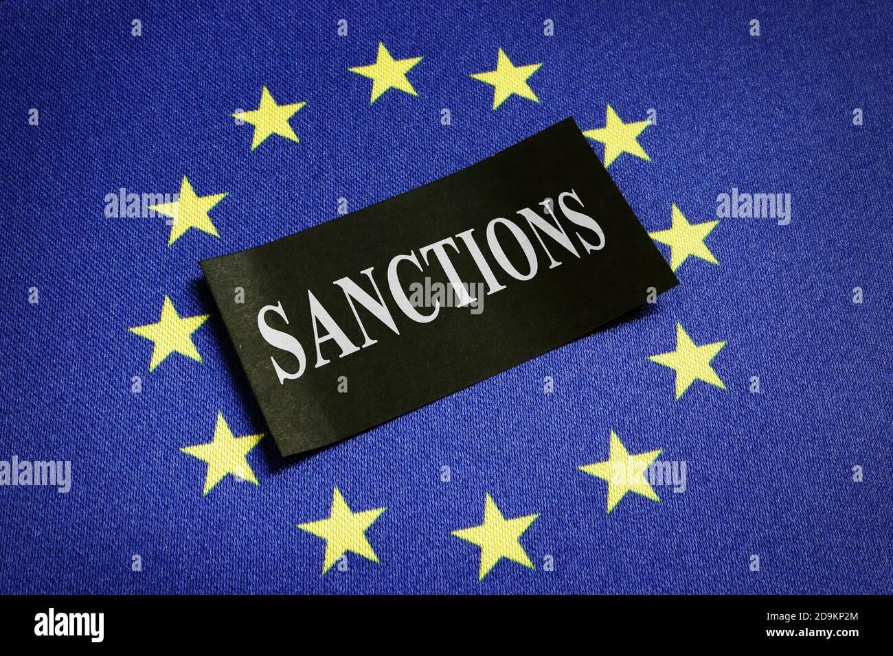 Europa Unión Europea bandera de la UE y palabra sanciones sobre ella. Foto de stock