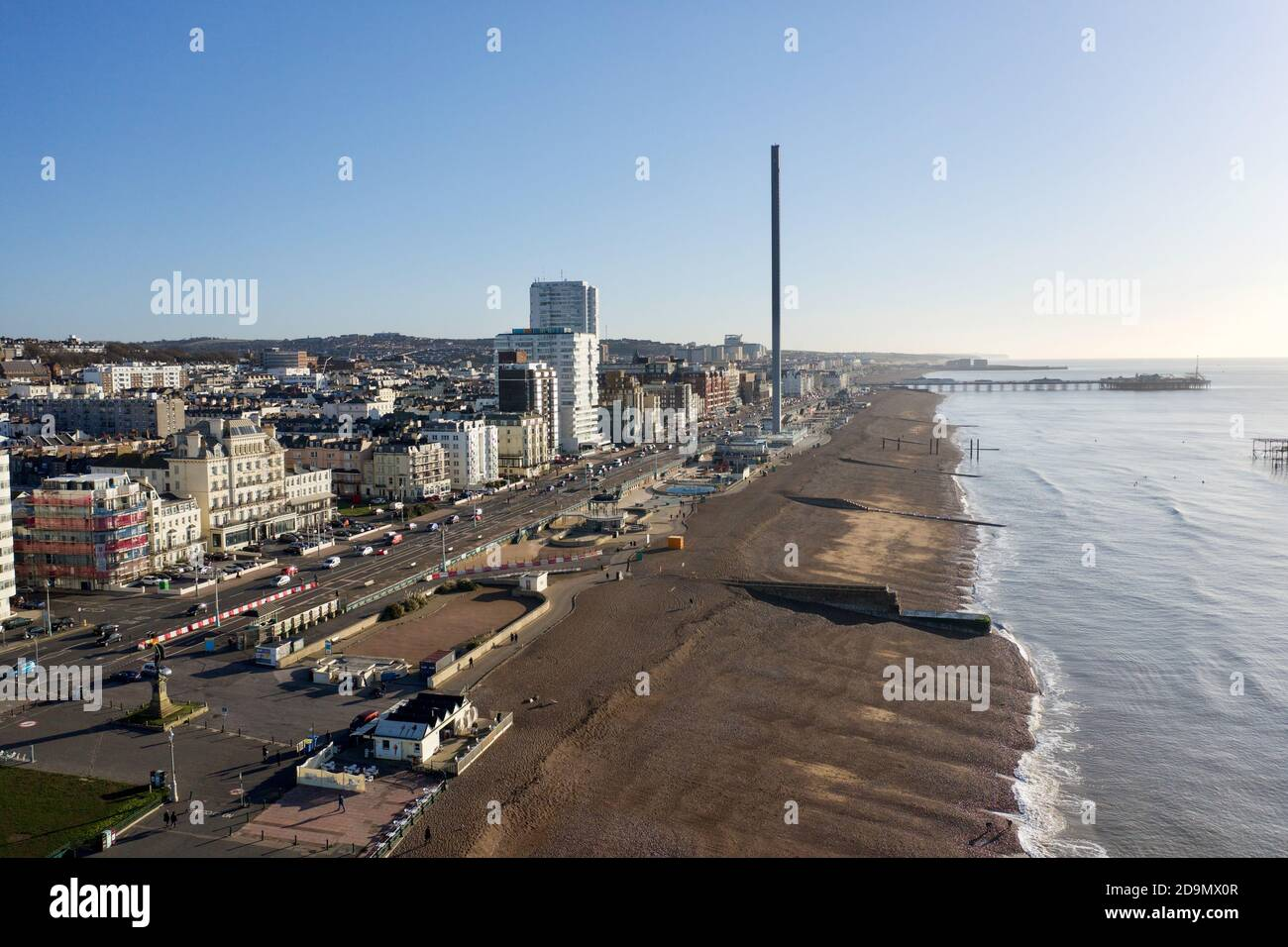 Vista aérea a lo largo y sobre el paseo marítimo de la ciudad de Brighton con las famosas atracciones de este popular complejo. Foto de stock