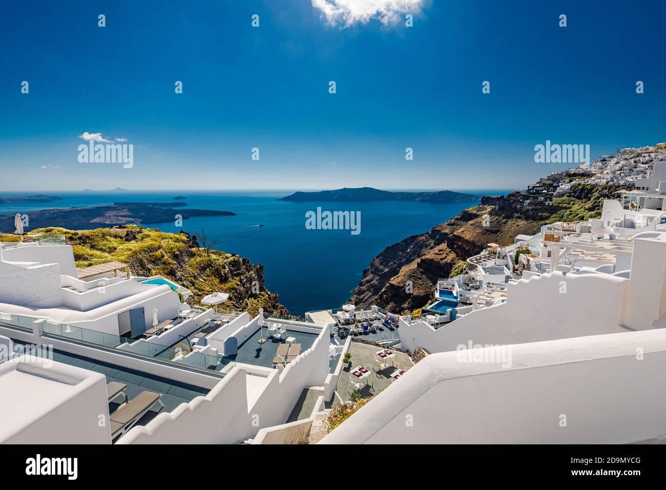 Isla de Santorini, llena de cafés y hoteles con vistas al mar Egeo y a la caldera volcánica. Viaje de verano de lujo y destino de vacaciones de blanco Foto de stock