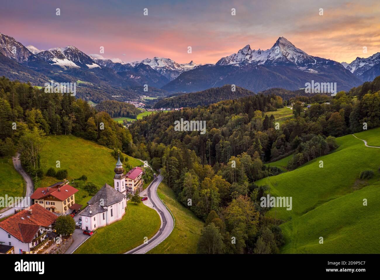 Capilla de Maria Gern cerca de Berchtesgaden con la montaña Watzmann en otoño, Baviera, Alemania Foto de stock