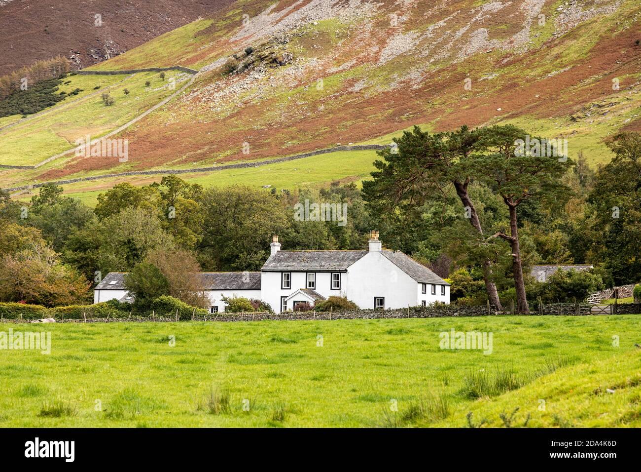 Low House debajo de Grisedale Pike en el Distrito Inglés de los Lagos cerca de Brackenthwaite, Cumbria Reino Unido Foto de stock