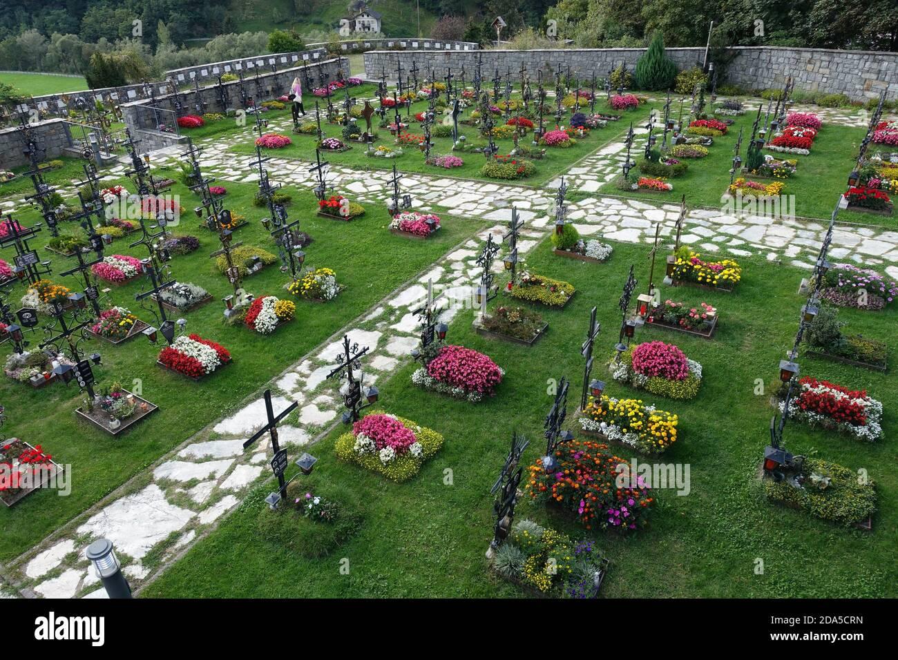 Friedhof an der Pfarrkirche St. Leonhard, St. Leonhard in Passeier, Südtirol, Italien Foto de stock