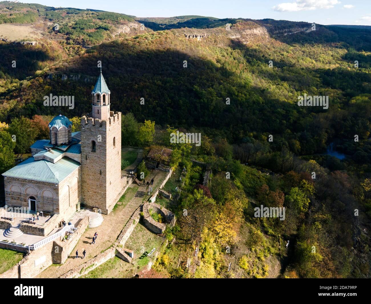 Vista aérea de las ruinas de la capital del segundo Imperio búlgaro fortaleza medieval Tsarevets, Veliko Tarnovo, Bulgaria Foto de stock