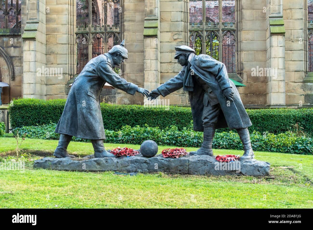 """La estatua de """"todos juntos ahora"""" de Andy Edwards, conmemorando la tregua del día de Navidad de 1914, se encuentra en los terrenos de la Iglesia de San Lucas en Liverpool, Inglaterra, Reino Unido Foto de stock"""
