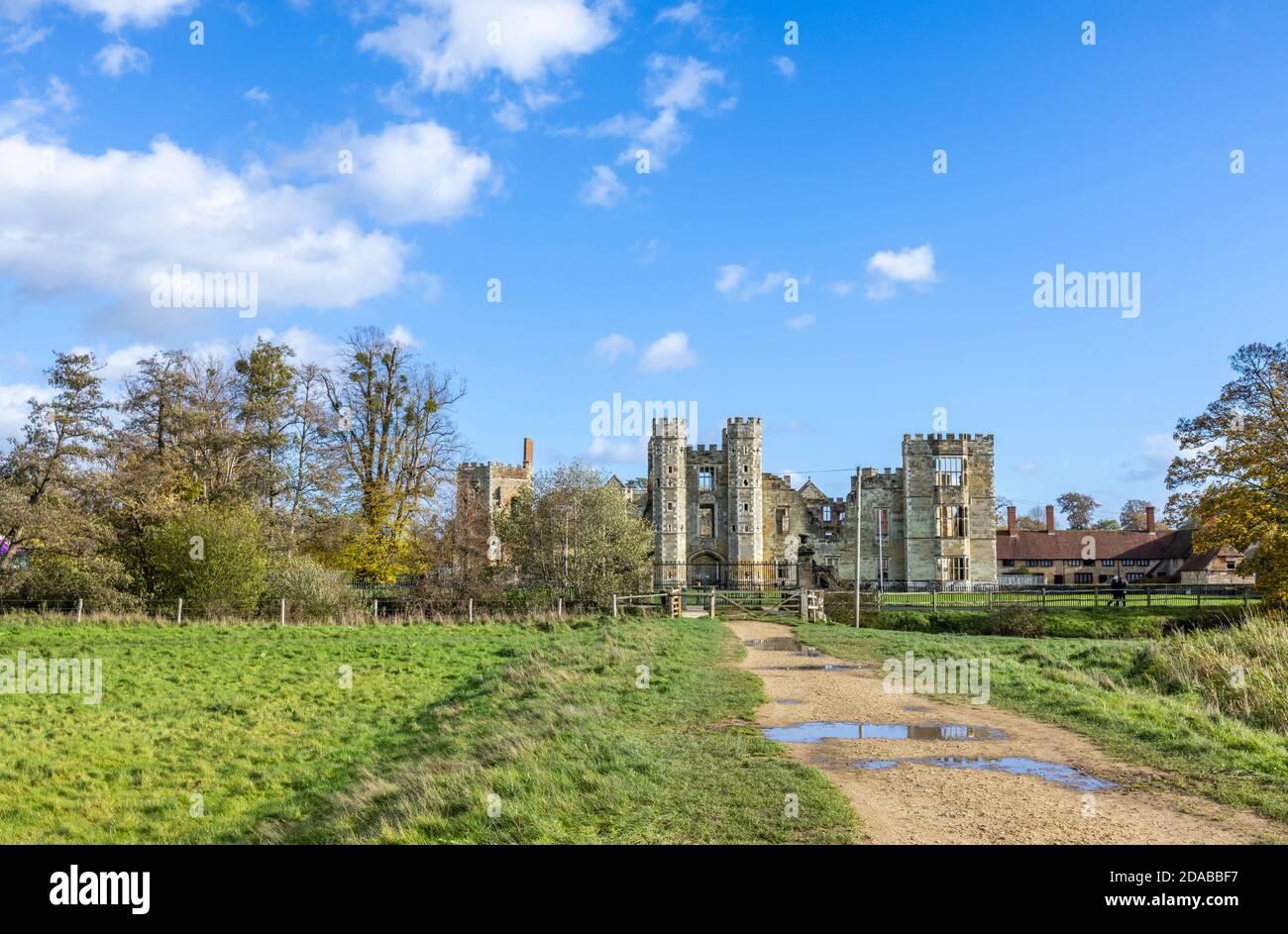 Las ruinas de Cowdray House (o Castillo) una casa señorial Tudor en Cowdray, Midhurst, una ciudad en West Sussex, al sureste de Inglaterra Foto de stock