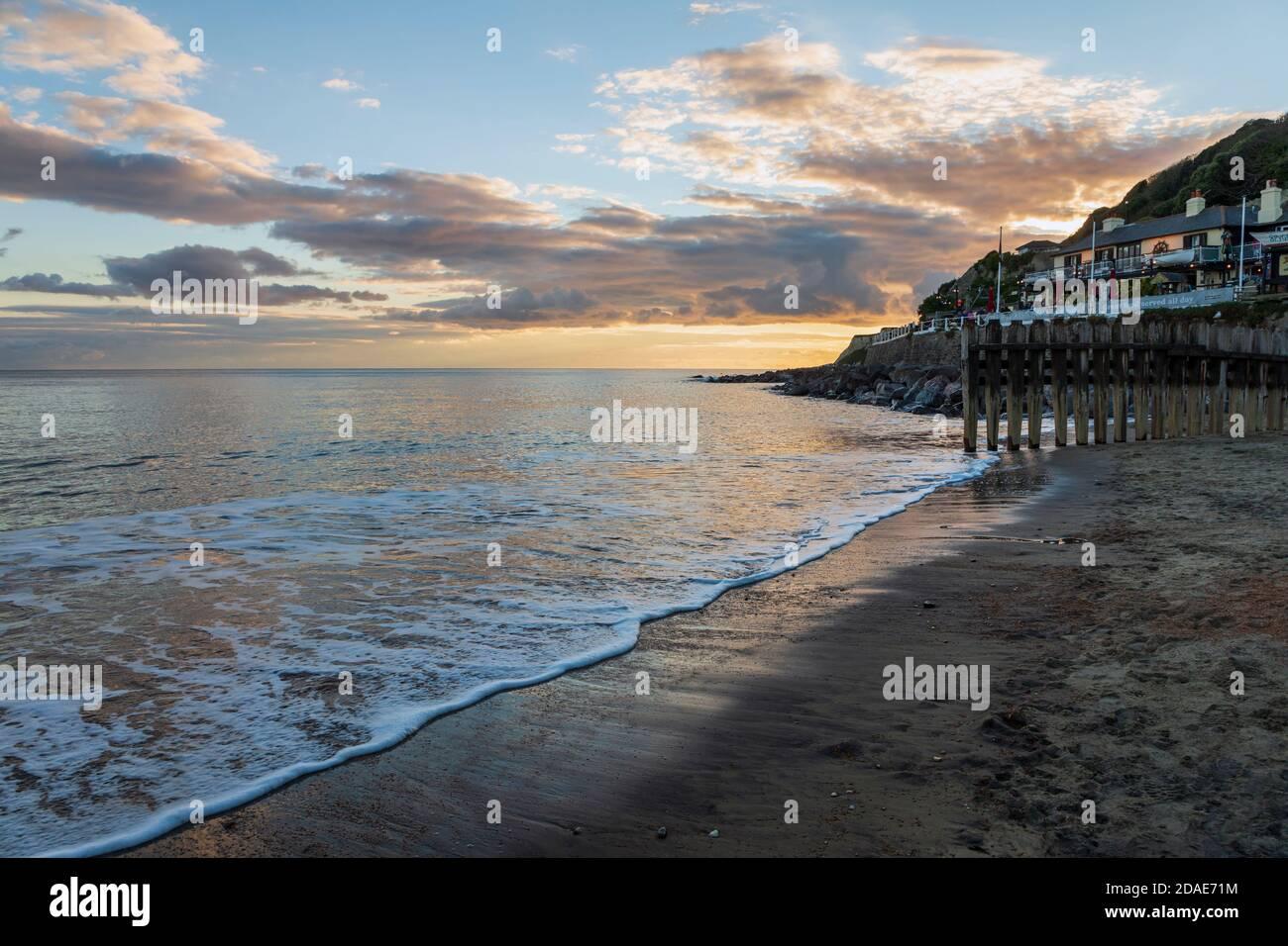 Puesta de sol desde la playa de Ventnor, Isla de Wight Foto de stock