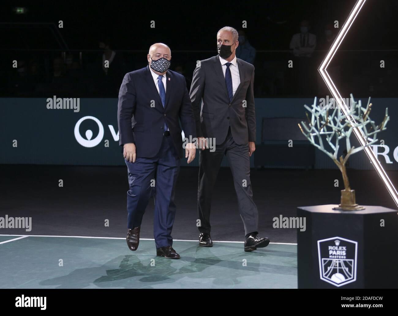 Presidente de la Federación Francesa de Tenis FFT Bernard Giudicelli y Director Del Rolex París Masters Guy olvidar durante el trofeo Ceremonia de la me P Foto de stock