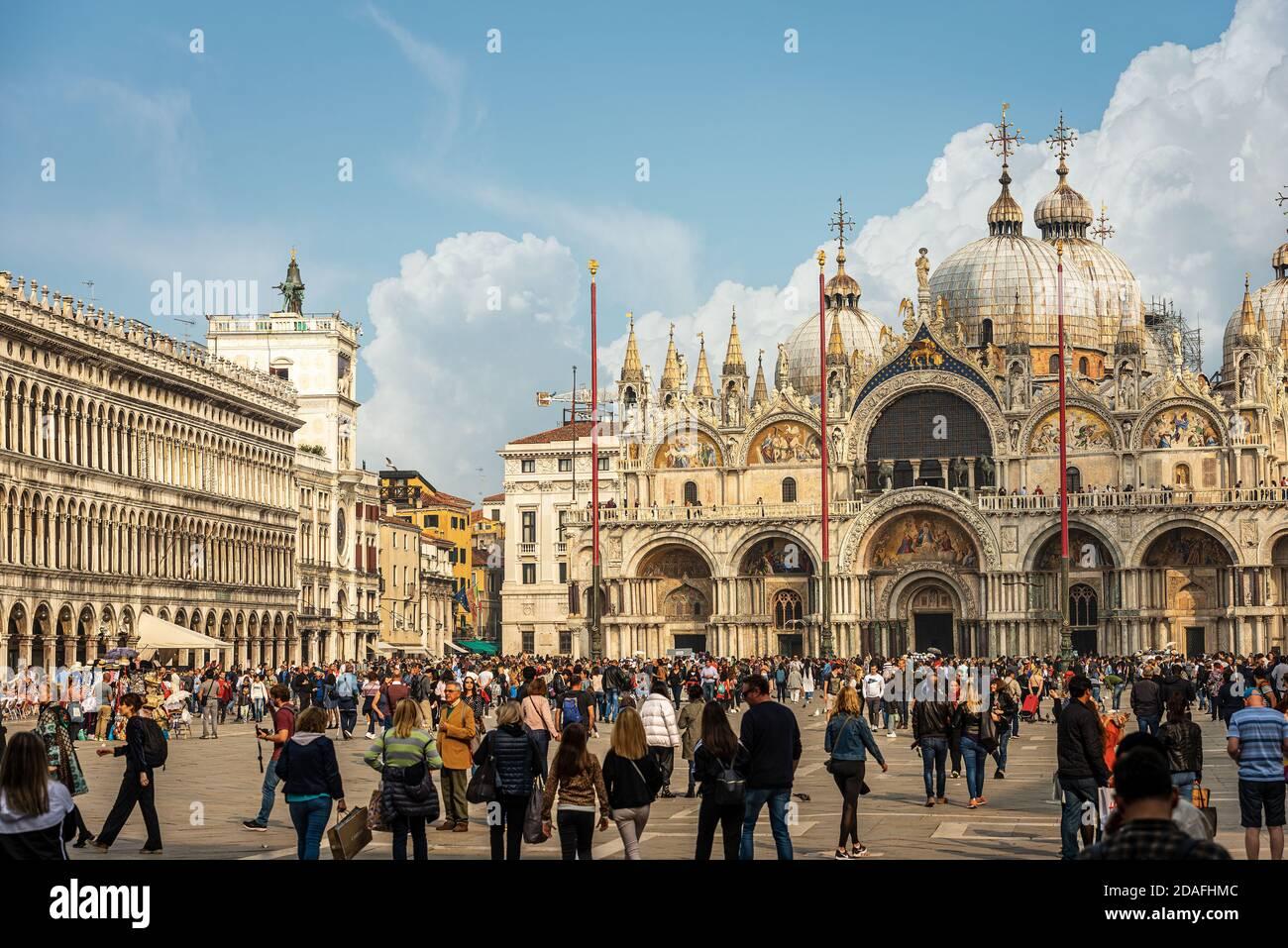 Piazza San Marco lleno de turistas en un día soleado con la Basílica y la Catedral (San Mark el evangelista), Veneto, Italia, Europa. Foto de stock