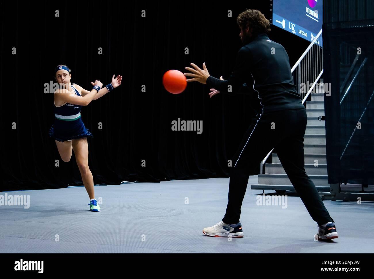 Nadia Podoroska de Argentina se calienta para su segunda ronda Partido en el 2020 Alta Austria Ladies Linz WTA Internacional Tenis a / LM Foto de stock
