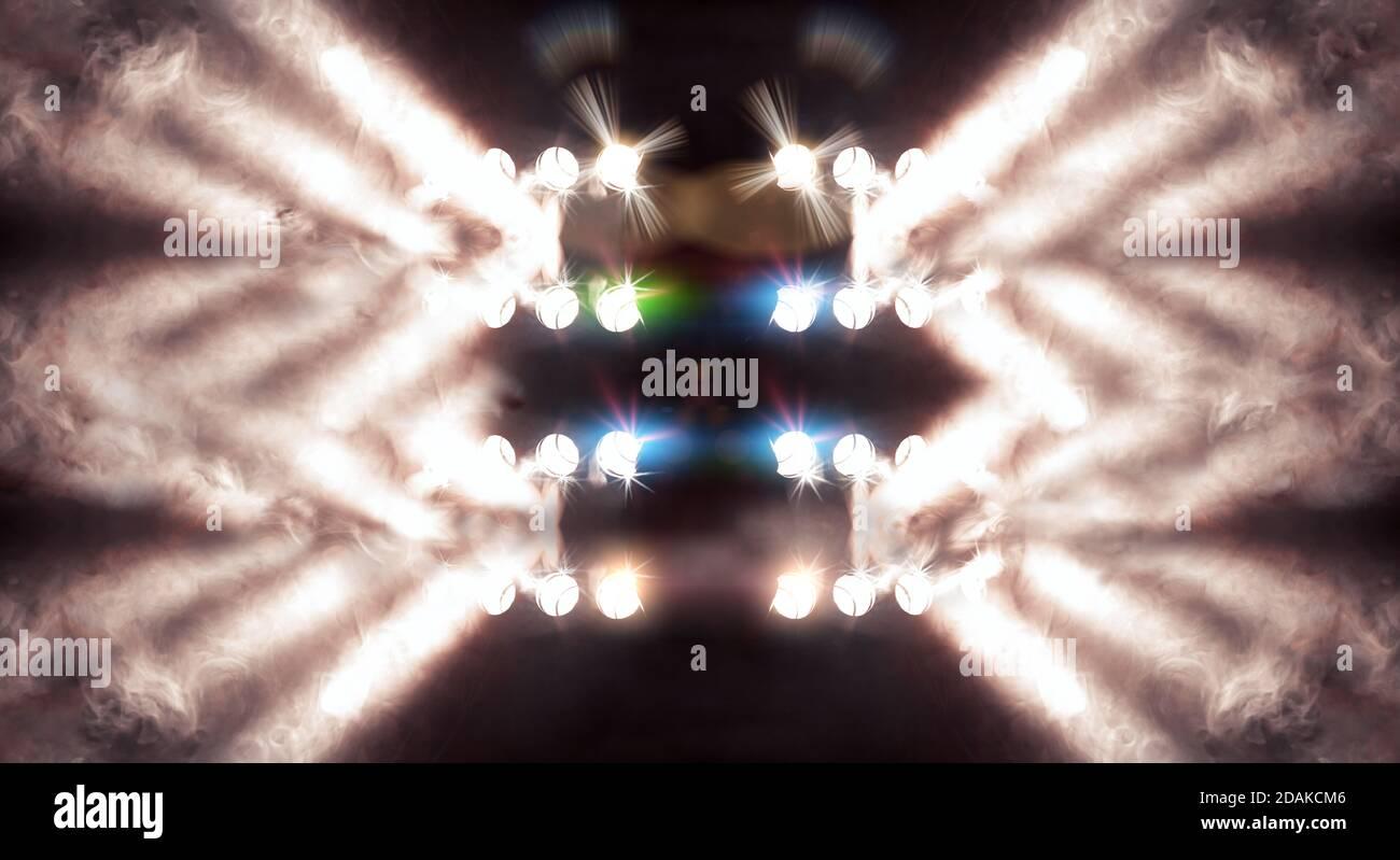 Fondo musical.Conjunto de luces. Concepto de música en vivo y conciertos.Stage y luces de niebla o niebla en la oscuridad. Foto de stock