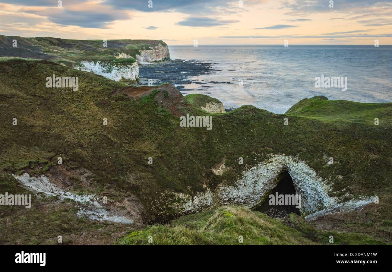 Escapadas de un día sobre el mar y acantilados erosionados de tiza bajo el brillante cielo otoñal en la marea baja a lo largo de la costa noreste a lo largo de Flamborough Head en Yorkshire, Reino Unido. Foto de stock