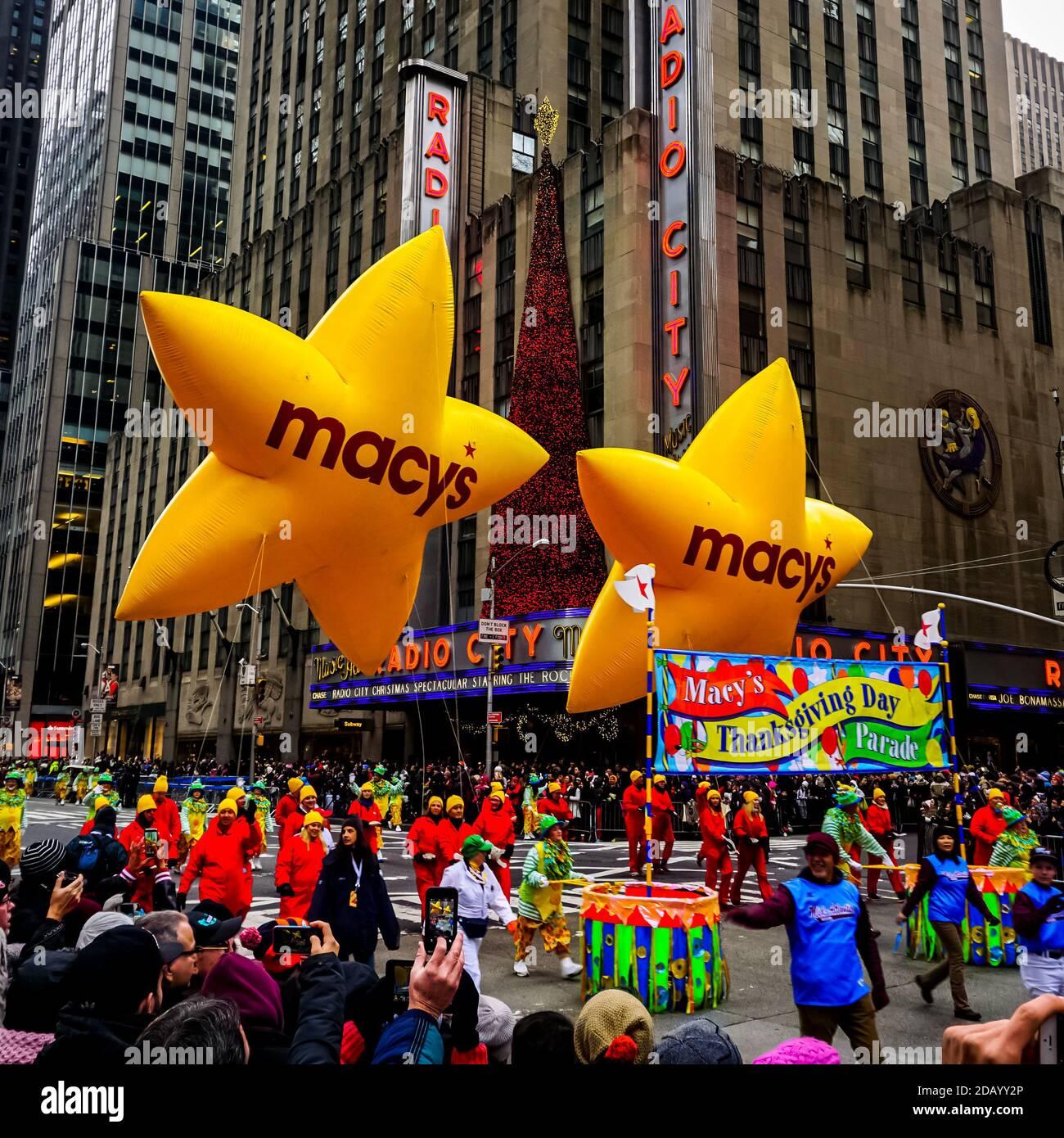El desfile anual del día de Acción de Gracias de Macy a lo largo de la Avenida de las Américas con globos flotando en el aire. Foto de stock