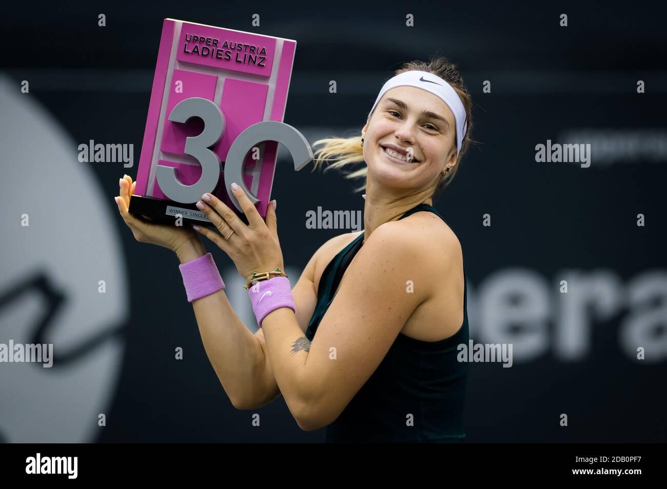 Aryna Sabalenka de Bielorrusia posa con el trofeo de campeones de Las 2020 Alta Austria Ladies Linz WTA Internacional de tenis nombre turístico / LM Foto de stock