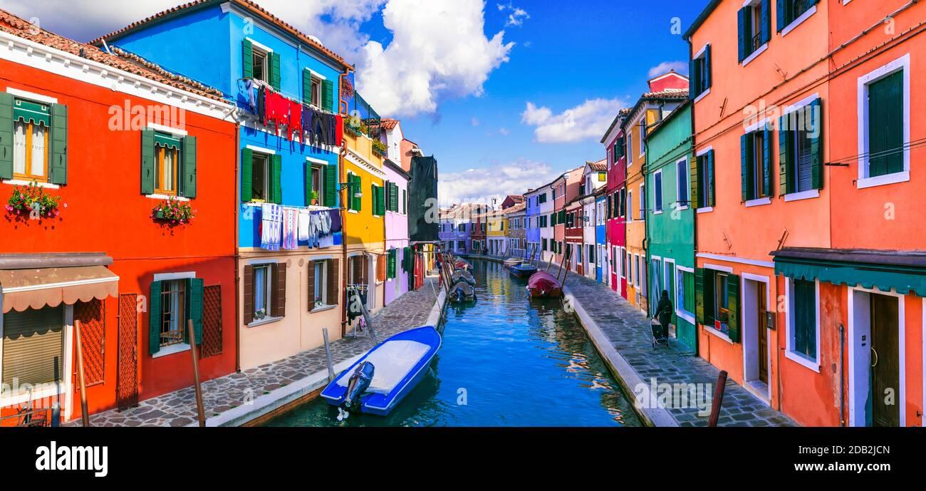 La ciudad más colorida (lugares) . Pueblo de pescadores de Burano con casas pintadas. Isla cerca de Venecia. Italia viajes y puntos de referencia Foto de stock