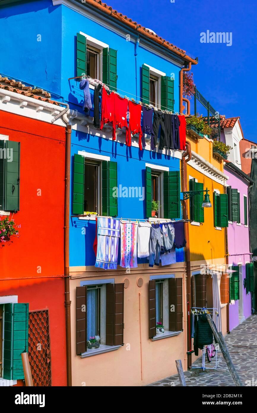 Coloridas casas brillantes de la tradicional aldea de pescadores Burano cerca de Venecia. Atracción turística popular. Italia Foto de stock
