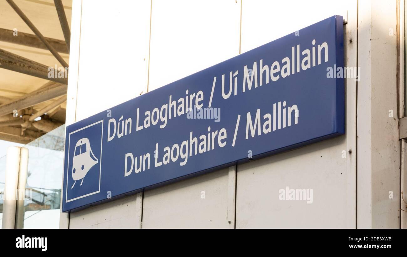 Señal en la estación de tren local en Dun Laoghaire en el condado de Dublín, Irlanda Foto de stock