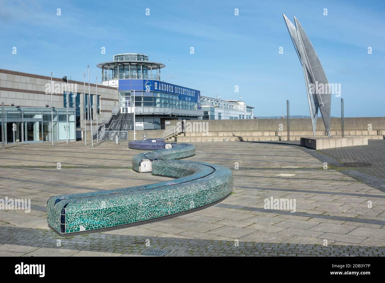 Espacio público y esculturas en la antigua terminal de ferry en Dun Laoghaire en el condado de Dublín, Irlanda Foto de stock